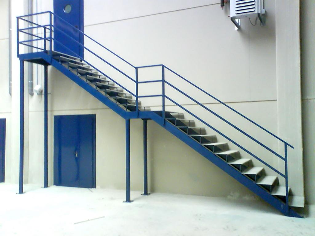 Escaleras y pasarelas talleres armis n taller de for Gradas metalicas para interiores